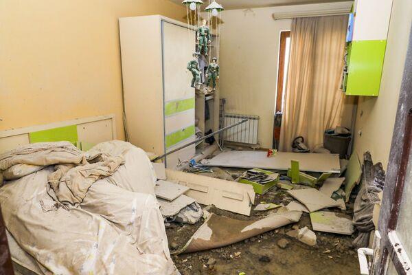 Разрушенная после обстрела квартира в Степанакерте, Нагорно-Карабахской Республике - Sputnik Таджикистан