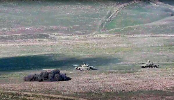 Армянская армия уничтожает азербайджанские танки на линии соприкосновения Нагорно-Карабахской Республики - Sputnik Таджикистан
