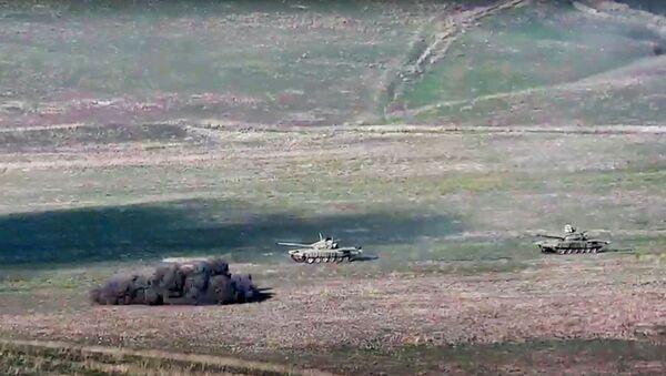Армянская армия уничтожает азербайджанские танки на линии соприкосновения Нагорно-Карабахской Республики - Sputnik Тоҷикистон