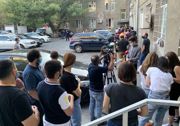 Люди выстроились в очередь у гематологического центра имени Р. Йоляна для сдачи крови - Sputnik Таджикистан