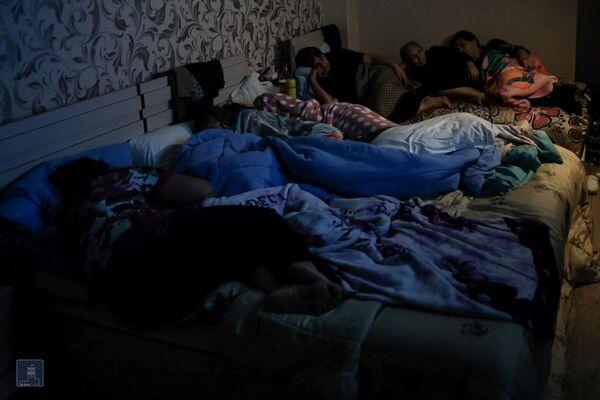 Жители Нагорного Карабаха в бомбоубежище в Степанакерте - Sputnik Таджикистан
