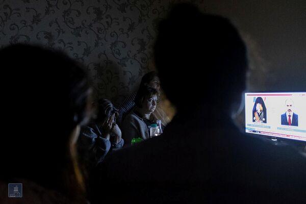 Жители нагорного Карабаха смотрят телевизор в бомбоубежище в Степанакерте - Sputnik Таджикистан