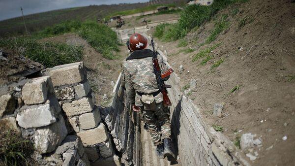 Этнические армяне идут в окоп на своей позиции у границы Нагорного Карабаха, архивное фото - Sputnik Таджикистан