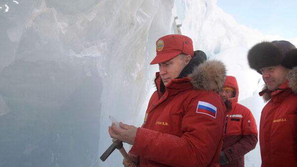 Президент России Владимир Путин (слева) держит ледоруб рядом с премьер-министром Дмитрием Медведевым (справа) - Sputnik Таджикистан