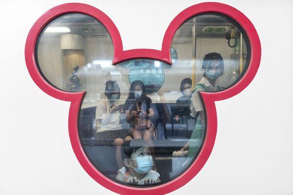 Посетители Гонконгского Диснейленда - Sputnik Таджикистан