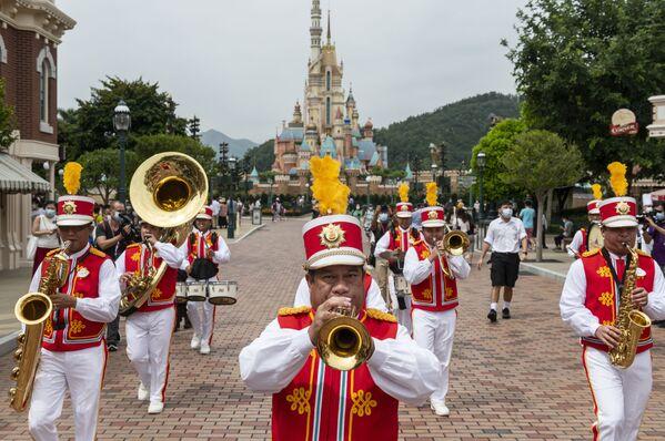 Оркестр встречает посетителей Гонконгского Диснейленда - Sputnik Таджикистан