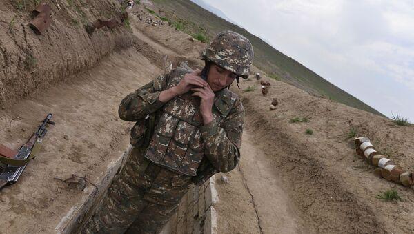 Военнослужащий в зоне карабахского конфликта. - Sputnik Таджикистан