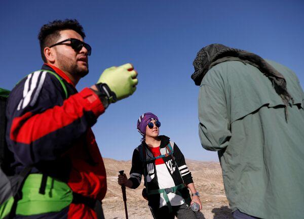 18-летняя Фатима Султани и участники альпинистской команды Hikeventures во время тренировки в горах на окраине Кабула - Sputnik Таджикистан