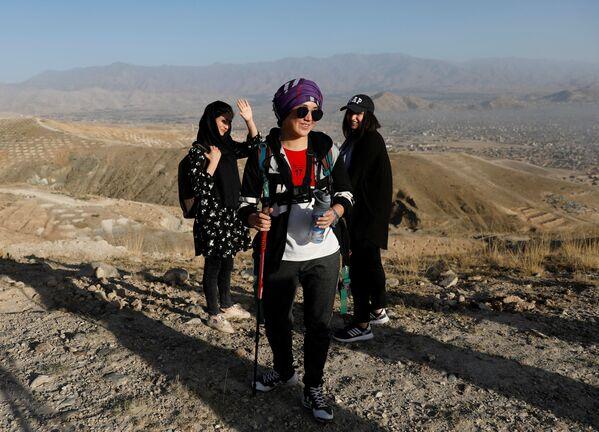 18-летняя Фатима Султани и участницы альпинистской команды Hikeventures во время тренировки в горах на окраине Кабула - Sputnik Таджикистан