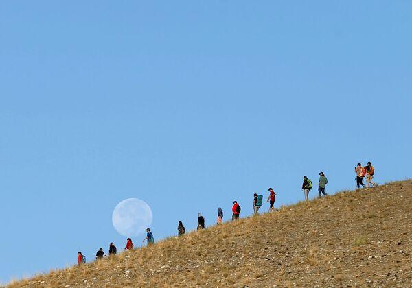 Участники альпинистской команды Hikeventures во время тренировки в горах на окраине Кабула - Sputnik Таджикистан