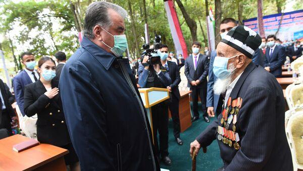 Эмомали Рахмон встретился с Абдулазизом Кодировым , ветераном ВОВ - Sputnik Таджикистан