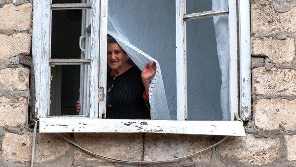 Выбитые окна в результате обстрелов общины Иванян Нагорного Карабаха - Sputnik Таджикистан