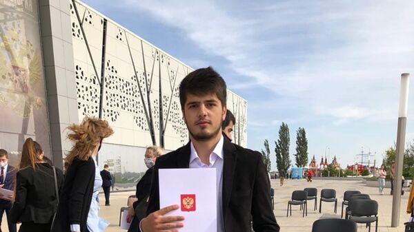 Студент Волгоградского государственного университета Азизхон Мавлоназаров, награжден грамотой и медалью Мы вместе от президента России Владимира Путина - Sputnik Таджикистан