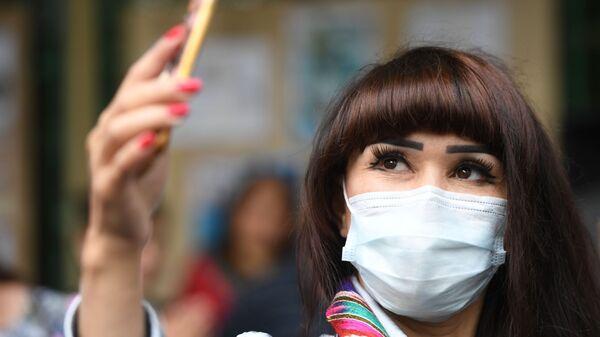 Женщина в таджикском национальном костюме и маске - Sputnik Тоҷикистон
