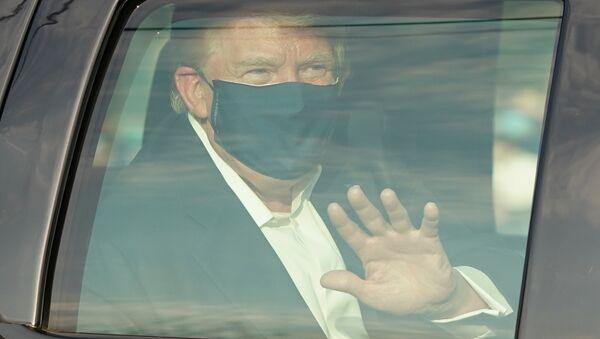 Президент США Дональд Трамп в машине у Медицинского центра Уолтера Рида - Sputnik Тоҷикистон