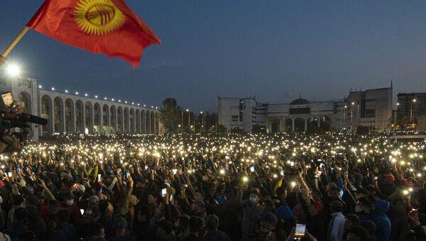 Участники акции протеста в Бишкеке. Протестующие требуют аннулировать итоги парламентских выборов. - Sputnik Таджикистан