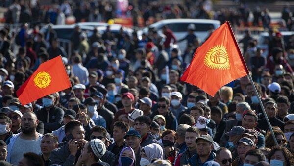 Участники акции протеста в Бишкеке. Протестующие аннулировать итоги парламентских выборов. - Sputnik Таджикистан