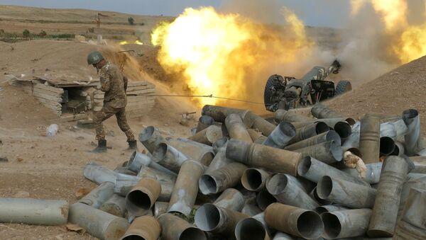 Военнослужащий Армии обороны Карабаха стреляет из артиллерийского орудия - Sputnik Таджикистан