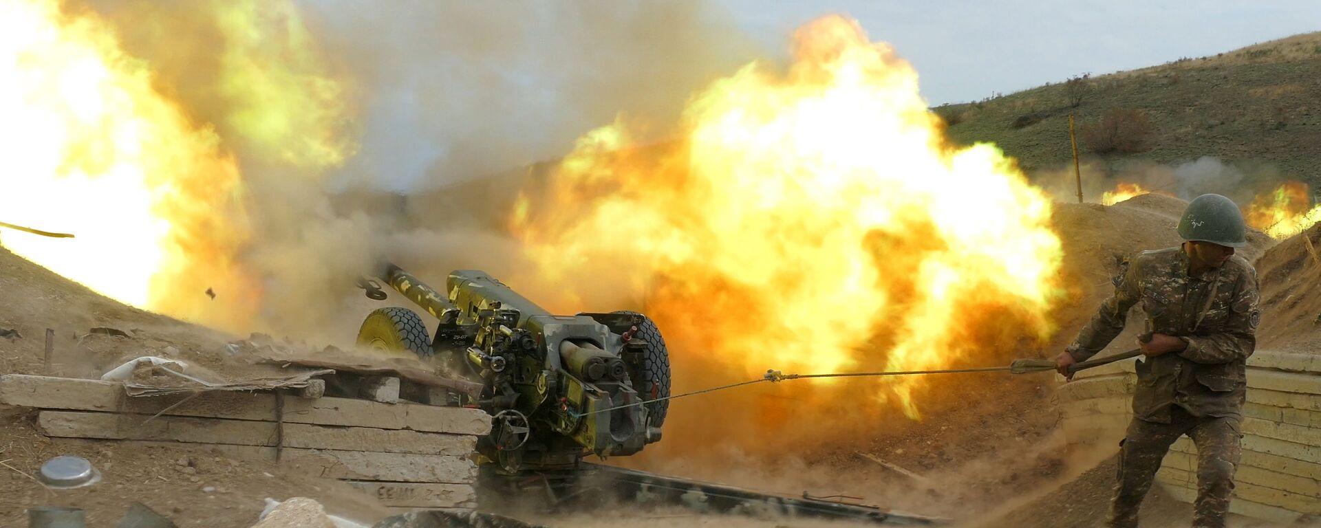 Военнослужащий Армии обороны Карабаха стреляет из артиллерийских орудий - Sputnik Таджикистан, 1920, 01.02.2021