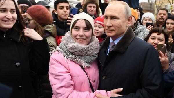 Президент РФ Владимир Путин с местными жителями после посещения детской поликлиники городской клинической больницы №4 города Иваново - Sputnik Таджикистан