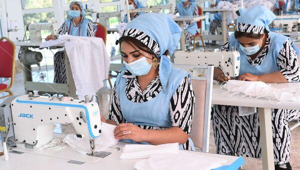 Сотрудницы швейного цеха в одном из предприятий Таджикистана - Sputnik Тоҷикистон