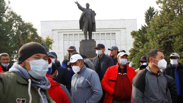 Сторонница кандидата в премьер-министра Киргизии Садыра Жапарова у здания правительства в Бишкеке - Sputnik Таджикистан