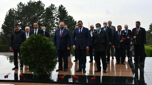 Миссия наблюдателей СНГ на возложении цветов к Мемориалу Победы - Sputnik Тоҷикистон