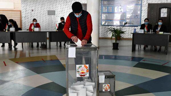 Мужчина на избирательном участке в Душанбе - Sputnik Таджикистан