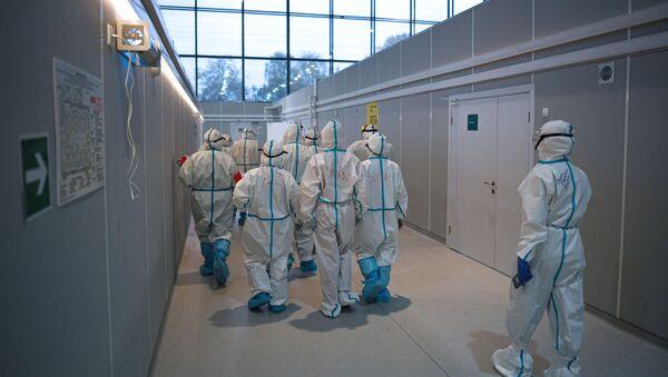 Медицинские работники во временном госпитале для пациентов с COVID-19  - Sputnik Тоҷикистон