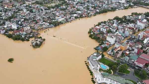 Аэрофотоснимок города Хюэ, затопленного паводковыми водами из-за сильных ливней в центральном Вьетнаме - Sputnik Тоҷикистон