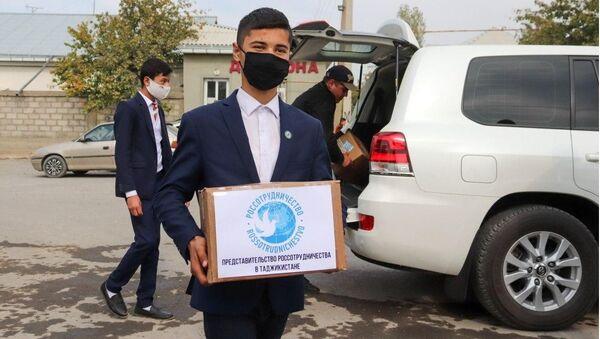 Представители Россотрудничества в Таджикистане передали учебники и художественную литературу на русском языке в средние образовательные школы - Sputnik Таджикистан