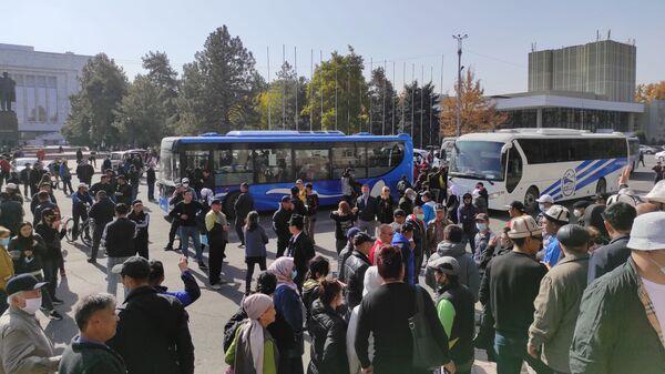 Митингующие у дома правительства в Бишкеке, Киргизия - Sputnik Тоҷикистон