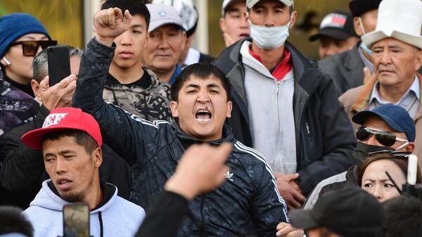 Сторонники премьер-министра Садыра Жапарова на митинге у гостиницы Иссык-Куль в Бишкеке, Киргизия - Sputnik Тоҷикистон