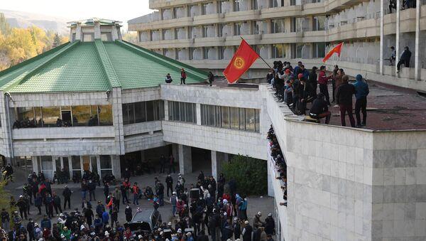 Сторонники премьер-министра Садыра Жапарова на митинге у гостиницы Иссык-Куль в Бишкеке - Sputnik Таджикистан