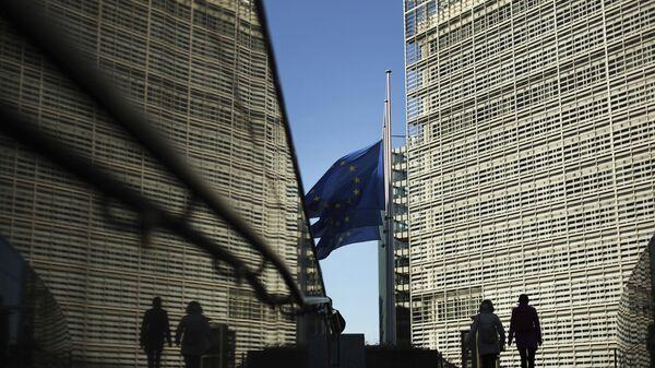Флаги Евросоюза рядом с штаб-квартирой Европейской комиссии в Брюсселе - Sputnik Таджикистан