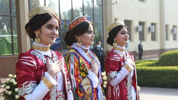 Девушки Согдийской области в национальной одежде - Sputnik Таджикистан