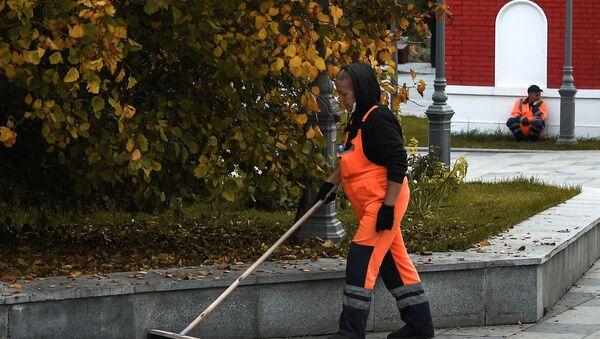 Женщина убирает опавшие с деревьев листья - Sputnik Таджикистан