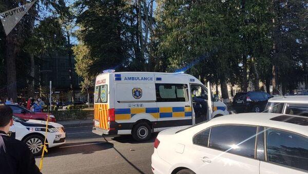 Скорая помощь около отделения банка Грузии, где вооруженный мужчина захватил заложников в Зугдиди  - Sputnik Тоҷикистон