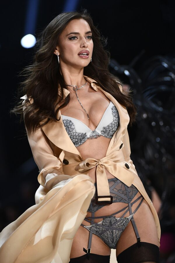 Со временем приглашение на ежегодный показ Victoria's Secret стало престижным знаком международного признания модели.Ирина Шейк на показе в Париже в 2016 году. - Sputnik Таджикистан
