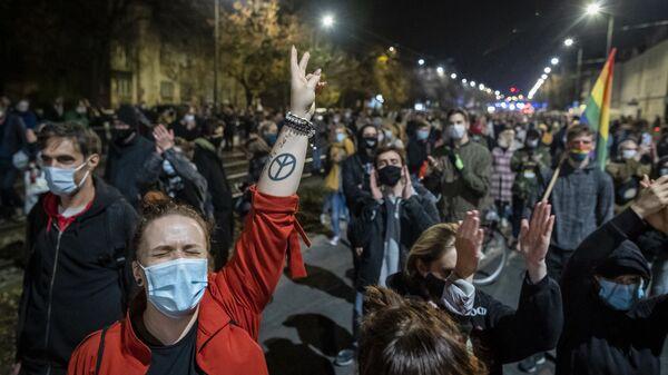 Протестующие на митинге в Варшаве против решения Конституционного суда Польши об ограничении закона об абортах - Sputnik Тоҷикистон