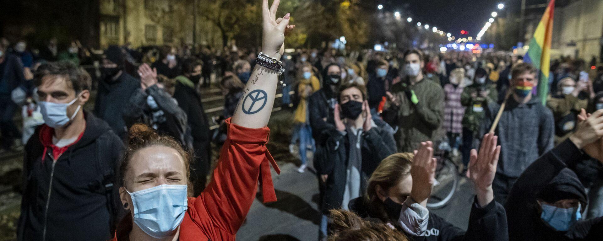 Протестующие на митинге в Варшаве против решения Конституционного суда Польши об ограничении закона об абортах - Sputnik Тоҷикистон, 1920, 03.11.2020