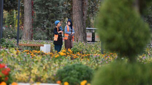 Сотрудники коммунальных служб в парке Душанбе - Sputnik Таджикистан