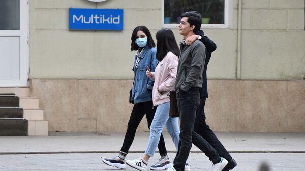 Молодые люди прогуливаются по улице в Душанбе - Sputnik Тоҷикистон