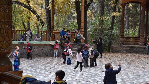 Дети играют в ботаническом саду Боги Ирам - Sputnik Таджикистан