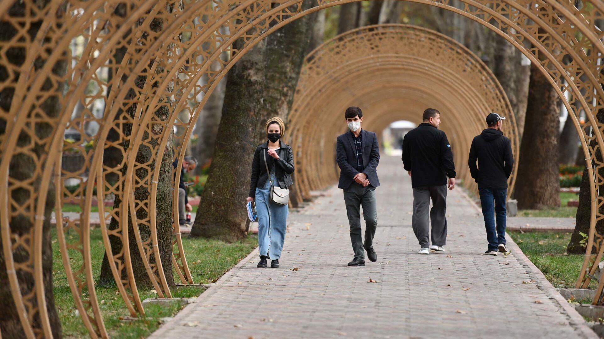Жители Душанбе на улице - Sputnik Тоҷикистон, 1920, 06.09.2021