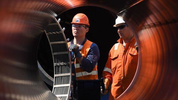 Рабочие на участке строительства газопровода Северный поток-2 в Ленинградской област - Sputnik Таджикистан