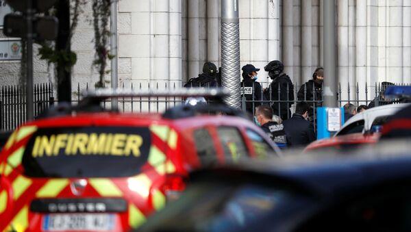Полицейские охраняют территорию после сообщения о нападении с ножом в церкви Нотр-Дам в Ницце  - Sputnik Тоҷикистон