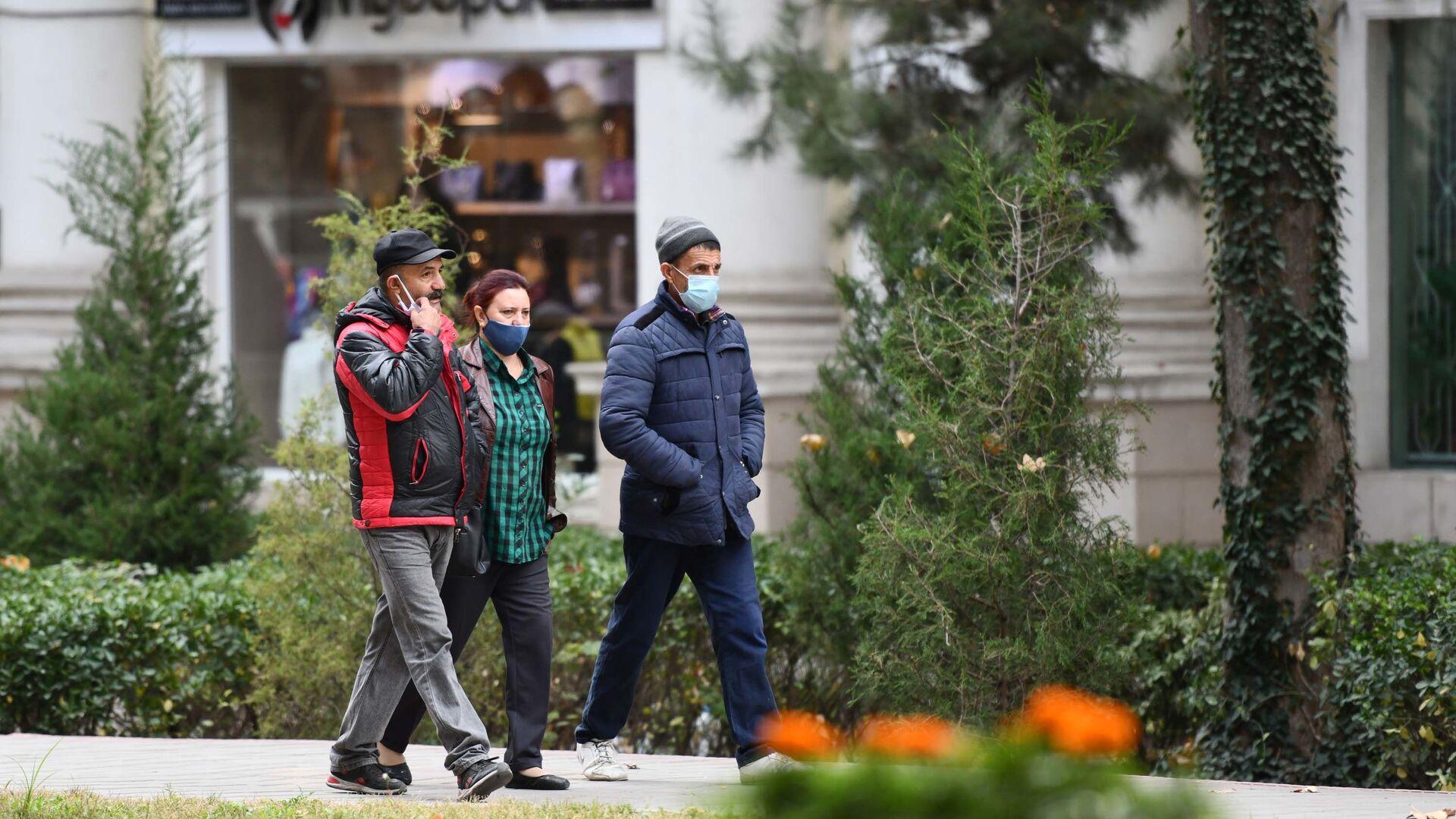 Жители Душанбе на улице в масках - Sputnik Таджикистан, 1920, 03.09.2021