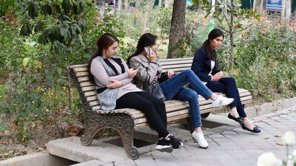 Девушки в парке Рудаки осенью - Sputnik Таджикистан