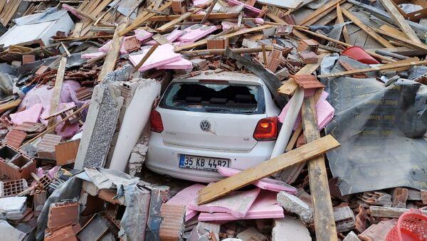 Машина под обломками разрушенного дома после землетрясения в Турции - Sputnik Тоҷикистон